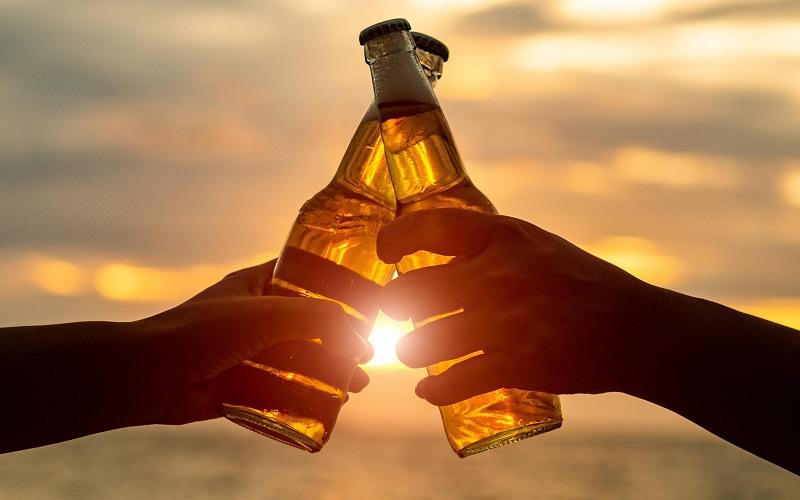 Brinde com pôr do sol