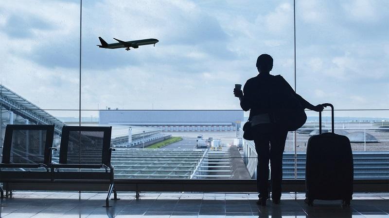 Pessoa aguardando voo em Maceió