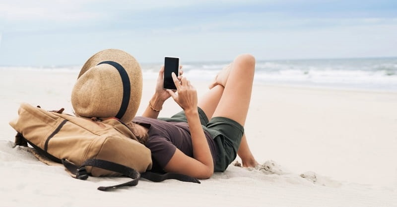 Menina tirando foto na praia