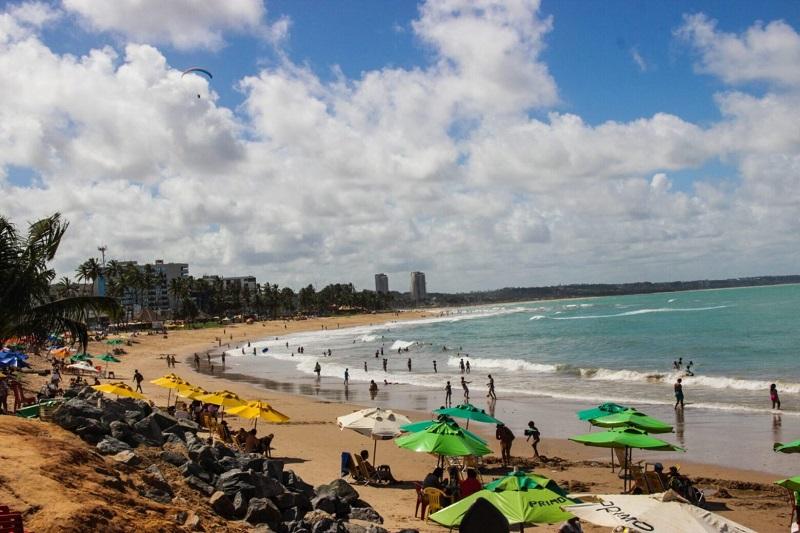 Turistas curtindo praia de Maceió
